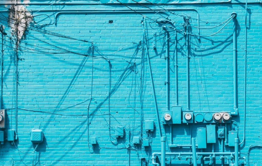 Elektrotechnik: Kabel an blauer Wand